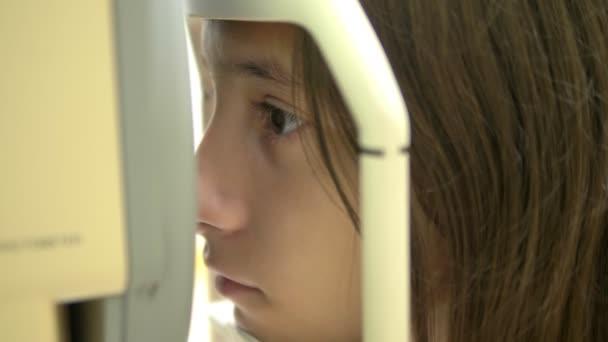 felnőtt ellenőrzi a látást